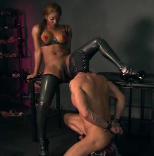 Fekete úrnő, fehér rabszolga